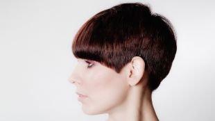 Красно коричневый цвет волос, стильная короткая стрижка с ровным срезом