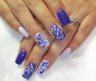Дизайн ногтей со стразами, синий маникюр с волнистым узором и стразами