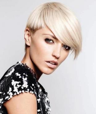 Цвет волос серебристый блондин, модная короткая стрижка для овального лица