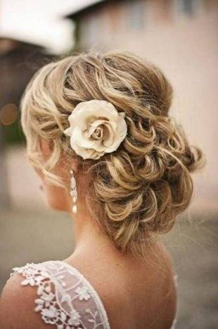 Свадебные прически с цветами, нежная свадебная прическа на средние волосы