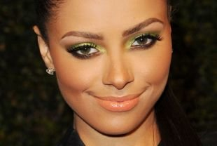 Яркий макияж для зеленых глаз, вечерний макияж с яркими салатовыми тенями