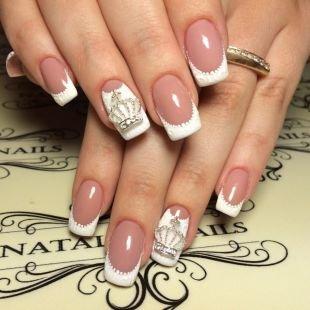 Рисунки короны на ногтях, роскошный белый френч с коронами