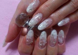 Красивый дизайн ногтей, свадебный френч с рисунком и стразами