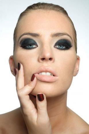 Темный макияж для серых глаз, густой эффектный макияж смоки айс