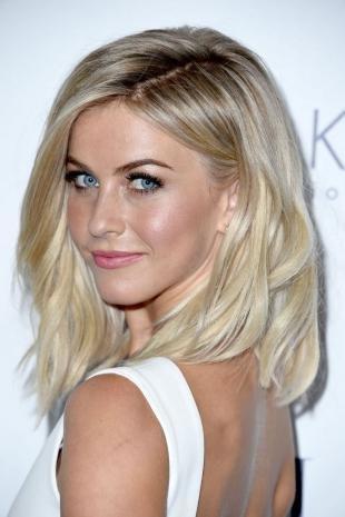 Цвет волос перламутровый блондин на средние волосы, пышная вечерняя прическа с распущенными волосами