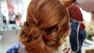 Ярко рыжий цвет волос, элегантная прическа под длинное вечернее платье