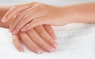 Дизайн ногтей шеллаком, белый классический френч на коротких ногтях
