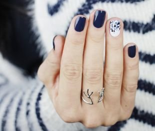 Модный дизайн ногтей, темно-синий маникюр по фен-шую на коротких ногтях