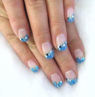 Дизайн гелевых ногтей, голубой скошенный френч с крупными блестками