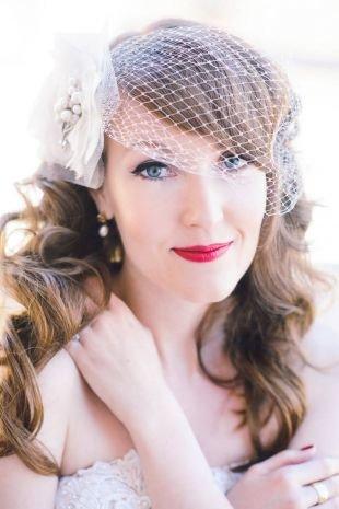 Средне русый цвет волос на длинные волосы, свадебная прическа с локонами, украшенная вуалью