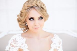 Песочный цвет волос, свадебная прическа с косой-ободком