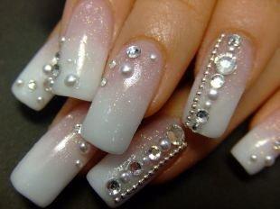 Дизайн ногтей, классический френч с камнями на акриловых ногтях