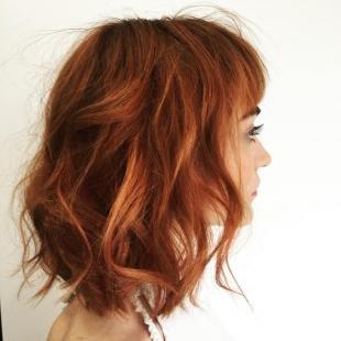 Янтарный цвет волос, прическа с локонами на средние волосы