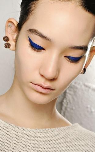 Макияж в синих тонах, креативный макияж со стрелками