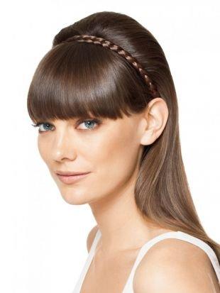 Светло каштановый цвет волос, аккуратная прическа с распущенными волосами и косичкой-ободком
