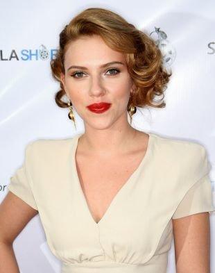 Карамельно русый цвет волос, элегантная прическа с подобранными локонами