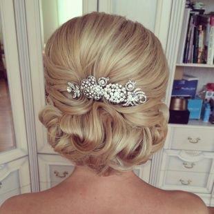 Праздничные прически, свадебная прическа на длинные волосы с украшением