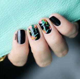 Красивый дизайн ногтей, черный маникюр с цветами