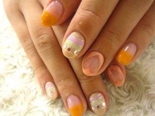 Персиковый маникюр, рисунок на коротких ногтях в пастельной гамме цветов