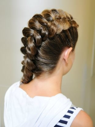 Праздничные прически, красивая обратная коса на длинные волосы