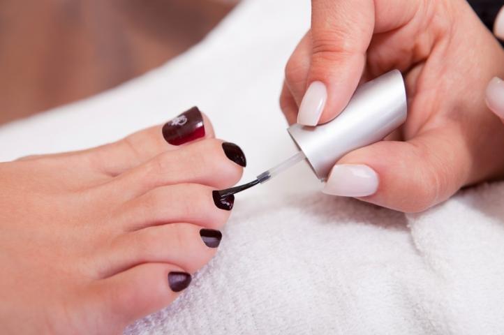 Покрытие ногтей лаком после аппаратного педикюра